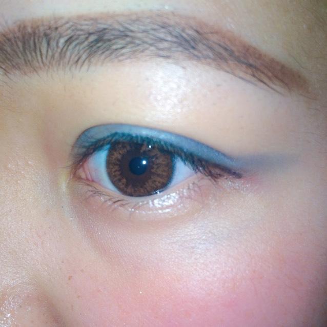 眉毛は眉山をしっかり描いて濃く!太く! アイラインは薄めに、アイシャドウを二重幅全体に濃いめに塗る