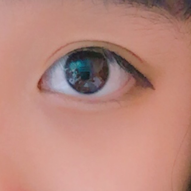 涙袋を書く! この時、ぷっくりさせすぎず、目の形が三日月型になるように!