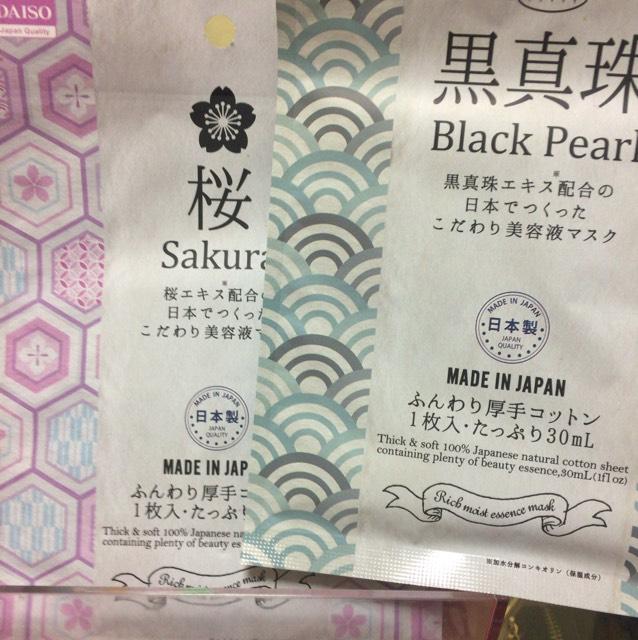 ダイソー 左から リッチモイストエッセンスマスク桜・黒真珠