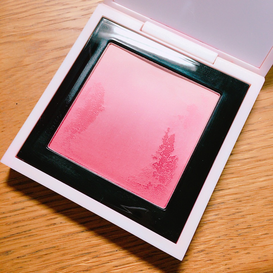 涙袋の部分に赤系のチークを乗せます 写真のはM・A・Cのブラッシュオンブルというシリーズのキンダーガーデン レッドです この下の方を小指に取り涙袋に乗せます