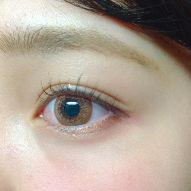 前回レポしたカラコンを使ってメイクしました! 眉毛はパウダーとアイブロウマスカラだけでぼんやり書きます 少したれ目に見えるようにアイラインを短くタレさせてマスカラは目の中心に多く塗る