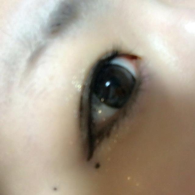 マスカラは上睫毛 (特に黒目上)に たっぷりつけます。 その余りで下睫毛にもつけます。