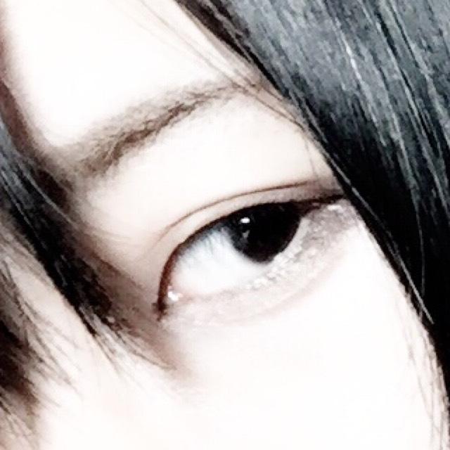 始めに二重をつくります。 (この写真は途中…) アイメイクはアイホール全体に薄いゴールドを乗せます。  少し濃ゆい色を二重幅に合わせて重ねます。  目尻を濃い色でブレンドした後にアイラインをいつもよりも長めに引きます。  下瞼の目尻をブラウン→ゴールド→ホワイトラメの順で載せていきます  マスカラは2度塗りしてつけまつげと同化させていきます  二重幅の中心部にラメを重ねると綺麗に見えますよ!(私は今回やってないけどねっ!(^ω^))