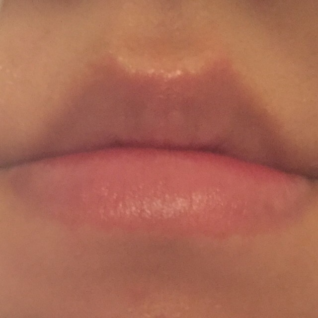 まず何もしていない唇です。私はティントを使うと下唇の内側にたくさん色がつき、上唇には全然つかず、唇が乾燥していました。なので水っぽいティントはできないと思っていましたが、色々考えてやってみるとできることができましたので皆さんにシェアしたいと思います(^ ^)
