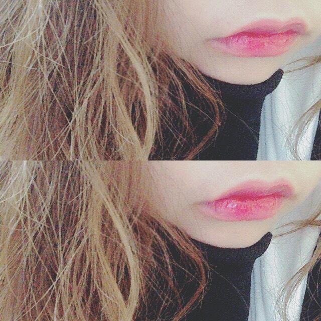 「 リップ 」 • MAC → 濃いめのリップを指で ポンポンと唇全体にぬる  • MAC → 赤リップを唇の中央に のせグラデーションに◎  「 グロス 」 • RMK → 唇中心からぬり広げる