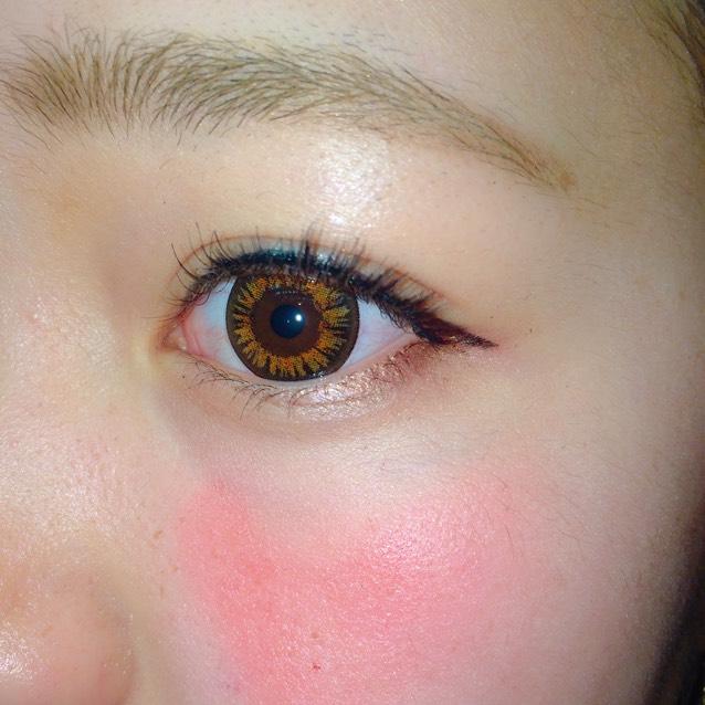 明るめの色で眉毛を書く アイラインはつけまをつけたので長めに! 目の下にも茶色のアイシャドウ! チークはハート形(・ω・)ノ♡