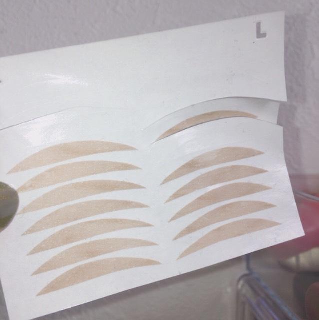 コチラのアイテープを寝る時に貼るだけで朝起きて顔洗ってテープを剥がすだけで二重になるんです!!