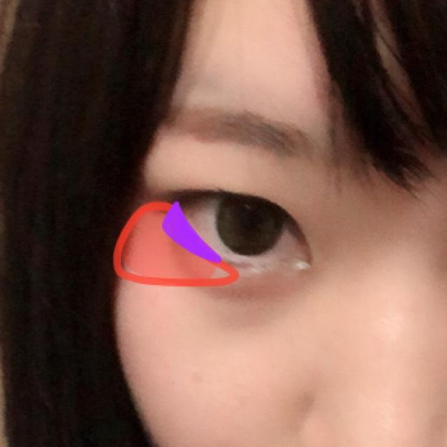 赤色のクリームチークみたいなのを目の下に薄く伸ばして、紫の範囲は濃いめに色を置きます。