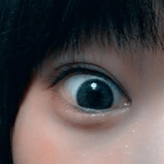 アイラインはブラウンで1度描いてから、まつげの間をうめたり、目尻ラインを強調するために黒を使います。 目頭はちょっとだけ描いてぼかします あとブラウンで下まつげの、黒目の範囲をなぞります。目を強調。