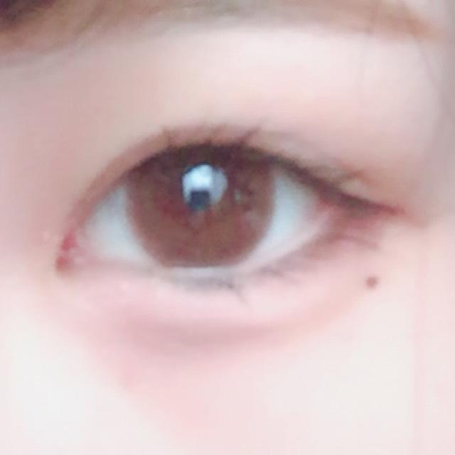 そしたら私は涙ボクロが好きなのでKATEのスーパーシャープライナーAを使って描きます。このアイライナーのカラーは明るめのブラウンで薄づきなので肌に馴染みやすい色なので本当のホクロのようにかけます!