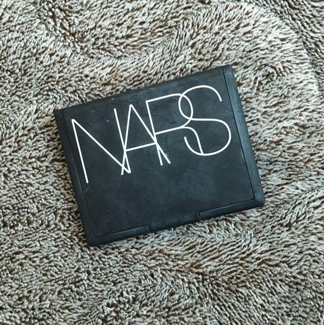 NARS ライトリフレクティングセッティングパウダー (プレスト) 色の付いてないパウダーでプレストタイプです。まず肌がサラッサラになります!それから肌ツヤが綺麗に出る!(ツヤ感が損なわれない)目立った化粧崩れもしないし大好き!必ず使っています。