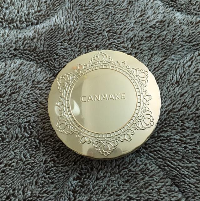 CANMAKE マシュマロフィニッシュパウダー 主に仕事の時やその辺出かけるときなどパパッと済ませたいときに使っています。下地(+コンシーラー)+コレでベースメイクは完了できます。カバー力もあるし肌が綺麗に見えるしプチプラだし、シンプルに好きです。