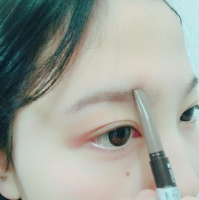 アイブロウはエチュードハウスで300円で買ったものになります。 少し書きにくさはありますが、まゆげはとてもくっきり書くことができます。 眉毛は自眉の形に沿ってアイブロウを塗っていきます