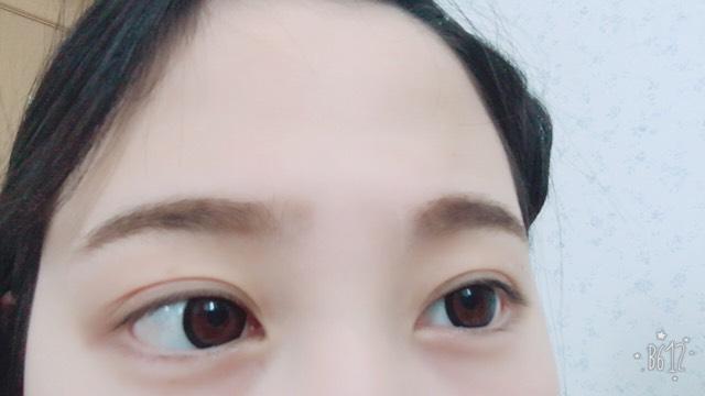 眉マスカラをしたあとの眉毛はこんな感じです。 左右を見ながら対象に眉マスカラで整えていきます。