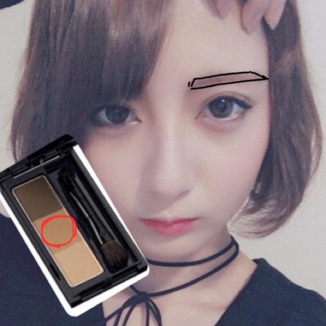 眉毛はまずペンシルで写真のように平行に上がり気味に形を囲みます。  そしたらパウダーの赤く囲った色で塗りつぶします(ペンシルの線も少しぼかします。)
