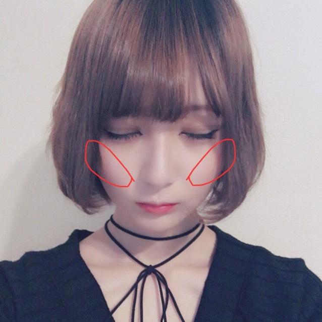 チークを写真のように塗ります。  頬骨から鼻にかけて斜めになるように塗ります。