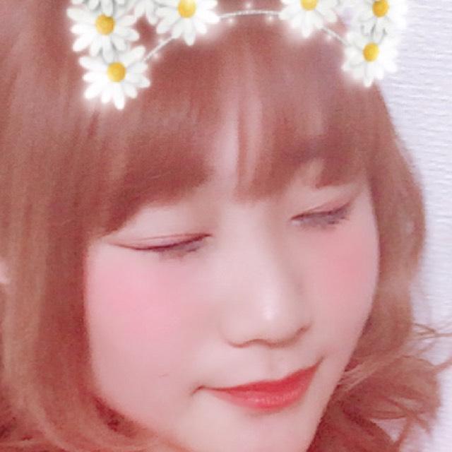 髪の毛は明るいですが カラコンはあえての黒ピンク。 子供っぽい印象に。アイラインは目尻でくの字に。 眉毛はあえて少し太めに。 リップはオレンジで韓国人風に(^^)
