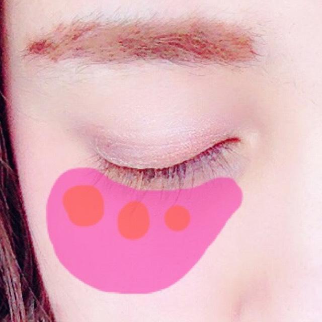 チークは、薄めのピンク系を目の下から頬に広げて、その上から、 オレンジカラーのクリームチークをちょこんと乗せ、馴染ませます。
