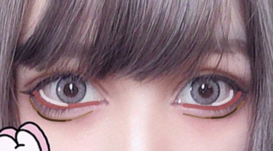 目尻にホワイトを入れて赤を細くキワに入れて擬似粘膜風で目自体を大きく見せます。 涙袋の影を真ん中より少し外側が濃くなるようにグラデします。(タレ目に見えるかな〜と?)