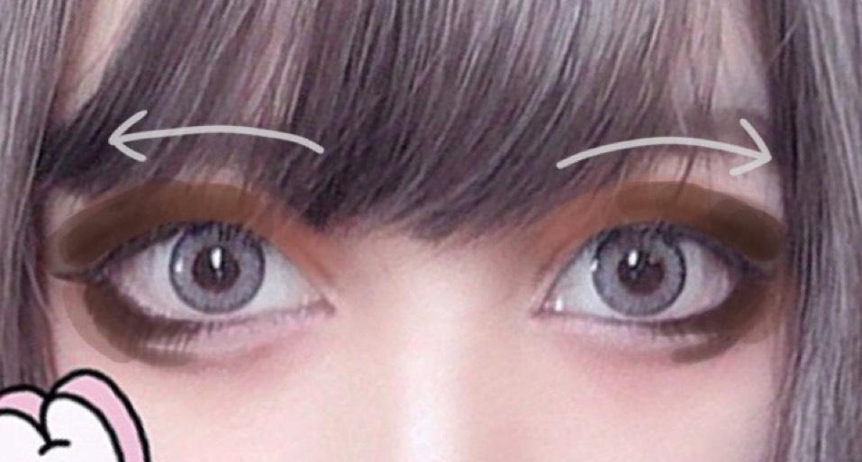 目を横に大きく見せたいので目尻に向かって外側に濃くなるように塗っていきます。 この時、目尻下の涙袋の線と自然になるよう軽くぼかすよう繋げます。