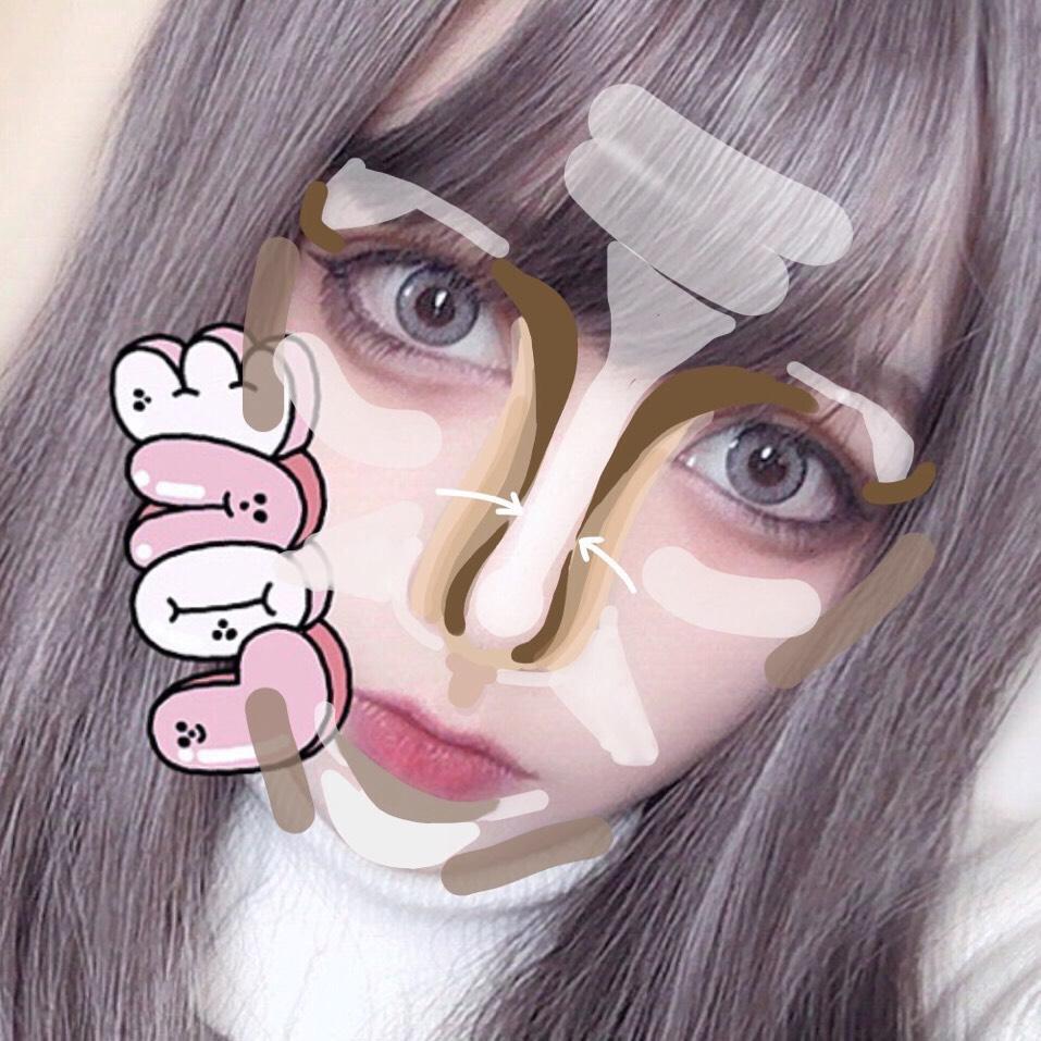 ちょっとやばい絵面ですが…(笑)画像の通りです。 ベースを終えたら平ら顔の足りない凹凸を作っていきます。 ノーズシャドウは一色ではなくグラデーションになるように乗せていきます、ハナタカパウダー最高です。 団子鼻なので影になる所はハイライト、膨らみをアイブロウパウダーで存在を誤魔化しまくります。鼻下にも立体感を作ります。