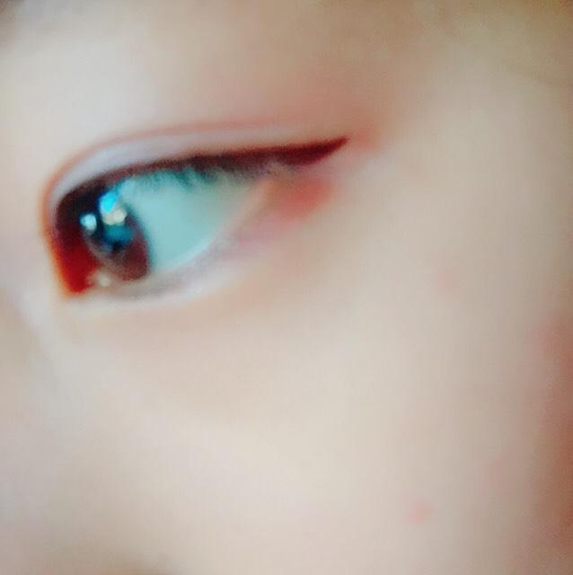 アイラインは目の形に沿って、ちょっとはみ出るくらいが〇!インラインもしっかり引いてください!黒目の上にしっかり引くことで黒目が大きく見えます マスカラは根元からすーっと滑らしてダマができないよーに!
