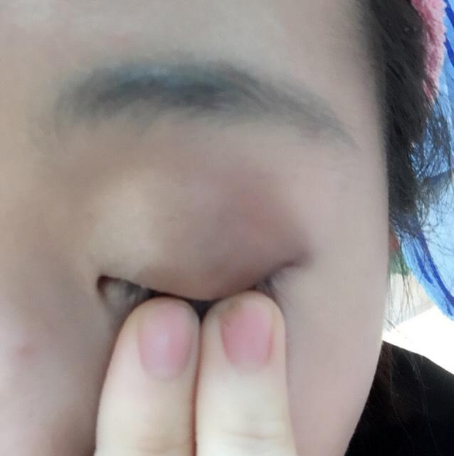 目頭側から1/3ずつ3色(ブラウン系)を目尻ちょっとはみ出すまでだんだん濃くなるように塗ってます。デカ目効果あるってどこかで言ってた_(┐「ε:)_ そして境目ぼかします。
