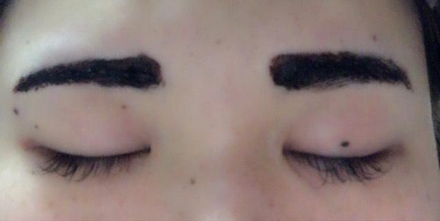 自分のなりたい形に眉ティントをガッツリ塗ります。私は普段から平行気味なのでこんな感じに。