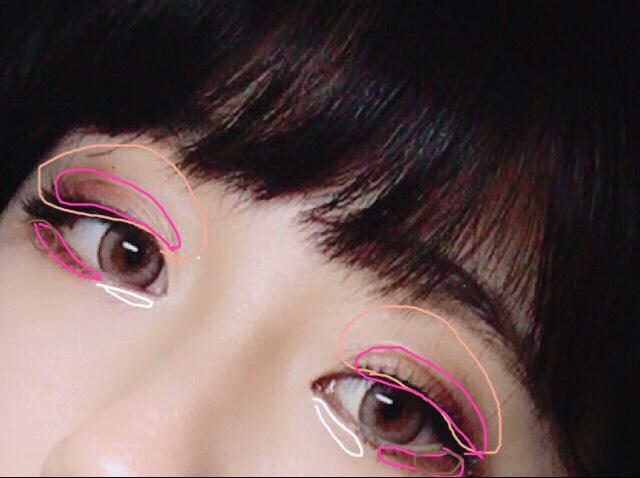 薄いピンクをアイホール全体に、二重幅と目尻に濃いピンクを目頭に白を涙袋としてぬる