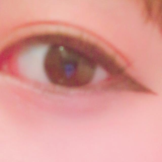 ブラウンのジェルライナーで目尻からはみ出すように垂れ目気味に引きます。そして下まぶたの目尻にも三角を作るような感じでラインを引きます。