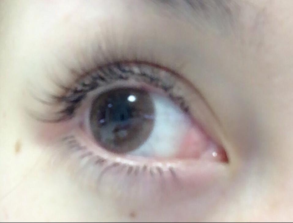 目頭まで全部同じ長さだと不自然なので、上まつ毛の目頭側数本は9ミリのものを、 下まつ毛は目頭側2本は少しカットしてつけてます。