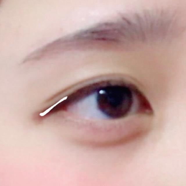 モテライナーを目尻だけに引く。目の形にそって引く。