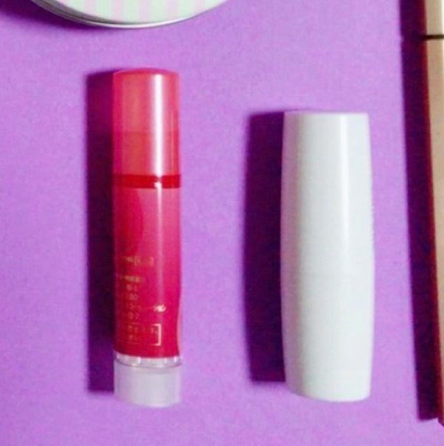 ちふれ赤リップを唇にのっけて、指でポンポン伸ばしていき、色付きのリップクリームを上から塗る。