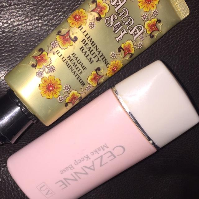 セザンヌの皮脂テカリ防止下地【ピンクベージュ】を顔全体に塗ったあとにアナスイのイルミネイティング ビューティ バームの02を塗ります