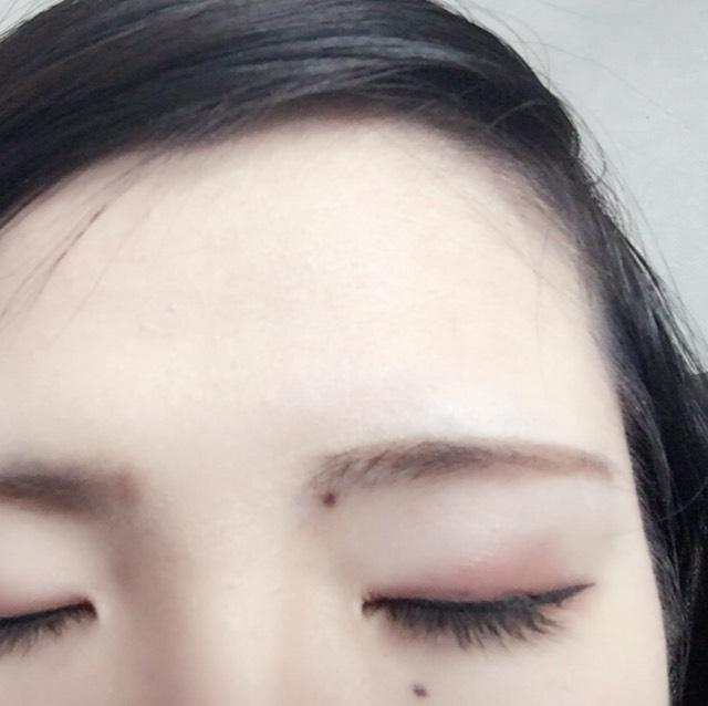 眉毛はケイトのアイブロウパウダーで自分に合う色を作って形を作って行きます。 眉の形は細すぎるよりも太めのが柔らかい印象になるかなと思っています。