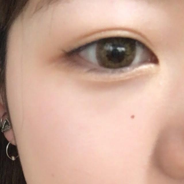 Aを瞼、涙袋全体に広くのせます