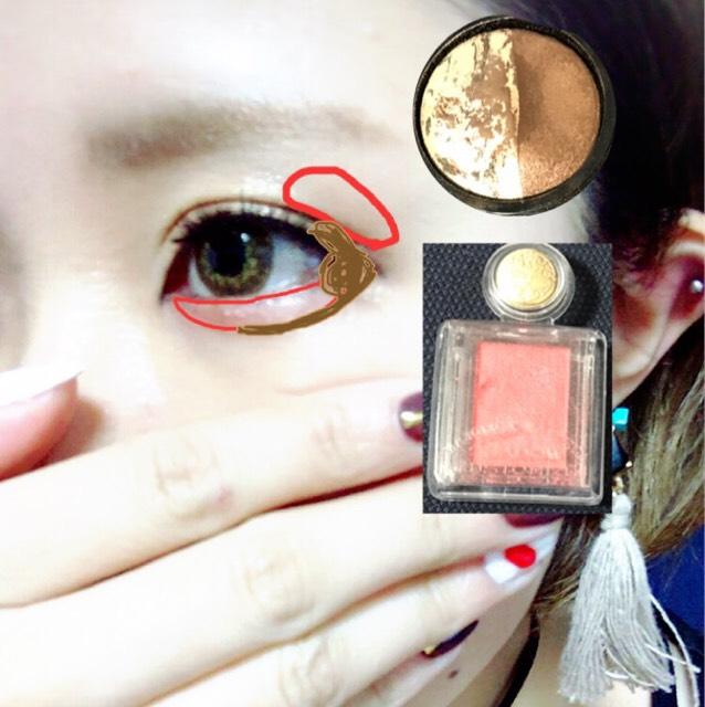 マジョマジョの赤いのを下瞼と目尻側の二重の上に薄く入れる 二重の上のは別になくても良いかもです キャンメイクの茶色を目尻の端っこから涙袋を描くように下瞼まで入れる