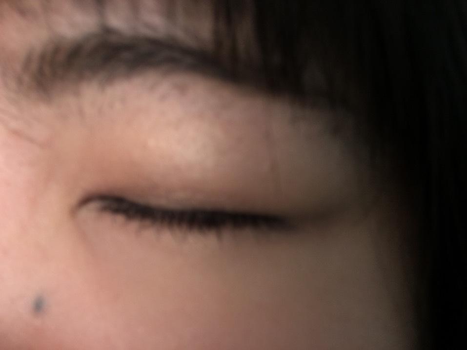 アイメイク ブラウンを使っていきます。今回はルナソルのこのアイシャドウパレットです。 まず、右上の色をアイホール全体にのせます。そして、左下の色を重ねます。次に右下の濃いブラウンをアイラインのように目のきわにのせて、上に上にぼかします。最後に左上の色でまぶたの黒目のところと涙袋にキラキラ感を足すようにのせます。  アイラインはブラウンのライナーで目尻にそってナチュラルに書き、ビューラーとマスカラをします。