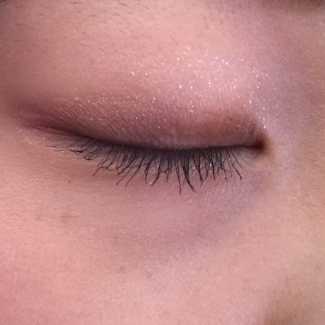 ビューラーを使って睫毛を上げてからマスカラを塗ります。