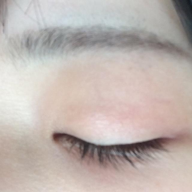 眉毛はセザンヌの パウダーアイブロウ[チャコールグレー]の 薄い色を全体に乗せて、 半分から眉尻までを濃い色で 毛のない部分を埋めるように自眉に沿って書いていきます。 *この時、上より下に眉毛を足していく感じでのせていきます。