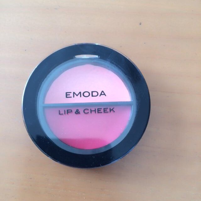 これもまた、Jellyの付録のEMODAのリップ&チークを使います。 薄い上の色をアイホール全体と涙袋全体にのせます。