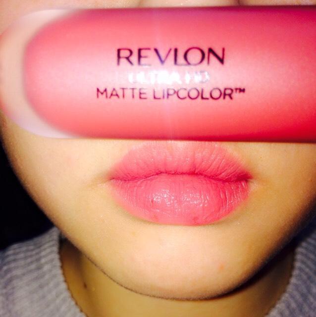 REVLON ULTRA HD MATTE LIPCOLOR  レブロンウルトラHDマットリップカラー 018 KISSES  パッケージ見た感じより口に載せると少し明るく感じます(個人的に)