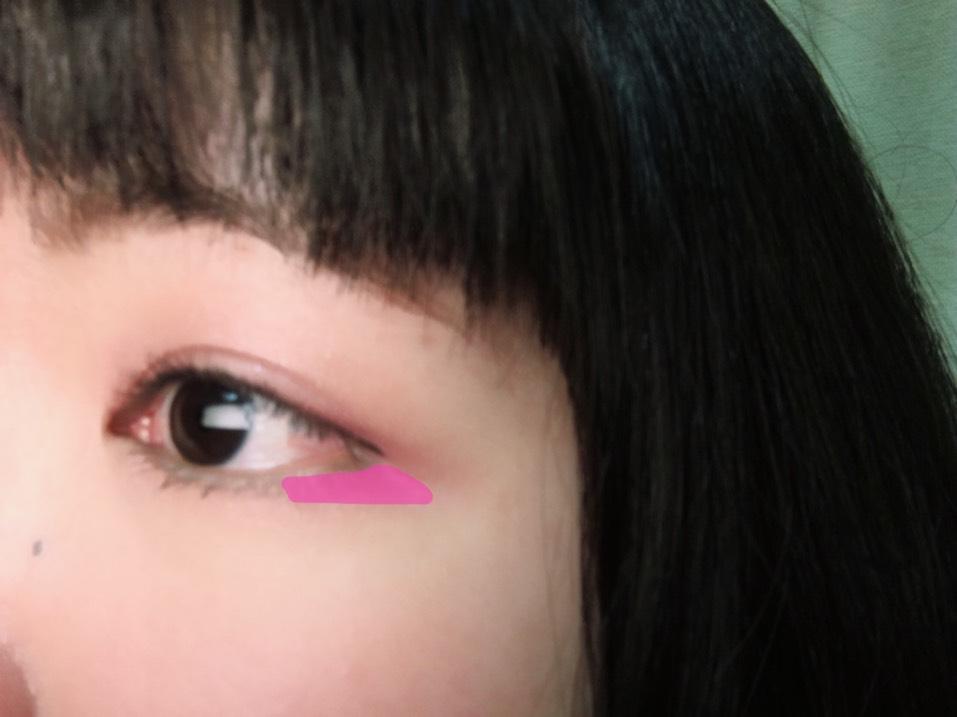 次にジューシーピュアアイズの右上の青みピンクを下まぶたの目尻に図のように塗り、左上のベージュを涙袋に塗ります。キラキラ感がもっとほしいなら、真ん中のラメを重ねてもかわいいです!