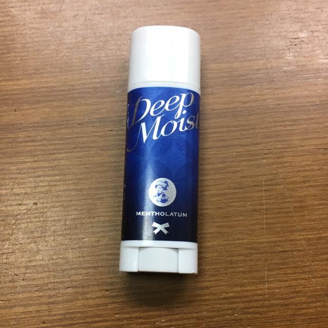 保湿系リップで唇を保湿しておきます。
