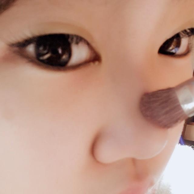 ハイライトは目と目の間の鼻筋に1番光がくるように多めに塗ります。  ハイライトを入れる所は鼻筋〜鼻のてっぺんまで  (これ以上入れると団子鼻が余計目立つ為注意)