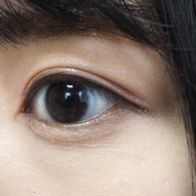 目尻のみアイラインを引きます。 目に沿って、少しはみ出るくらいの細くてナチュラルな線を引きます。