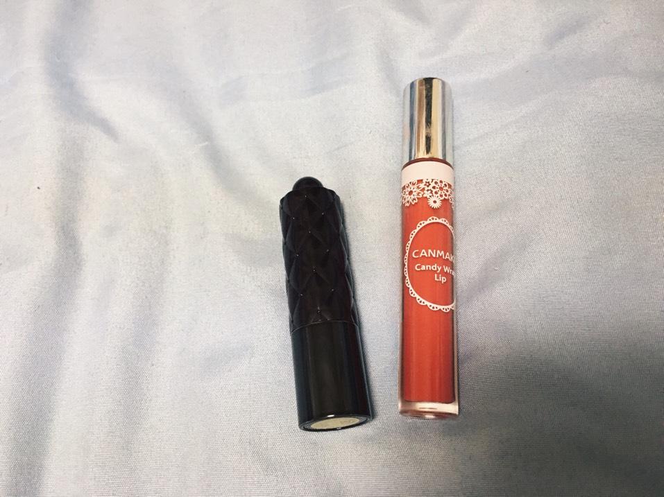 最後はリップ! まずキスのエッセンスルージュの08番を全体に塗り、キャンメイクのキャンディラップリップの18番を全体にガッツリ塗ります。唇の中央の部分に重ね塗りして、唇をぷっくりさせます。