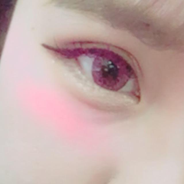 アイライナーは目が丸く見えるように流す