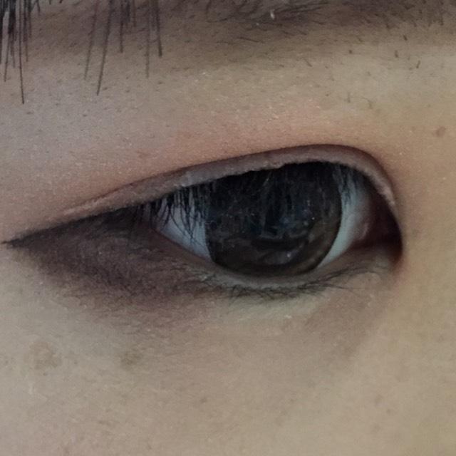 下瞼の目尻に二重幅に塗ったブラウンを塗ります。なるべく際まで!