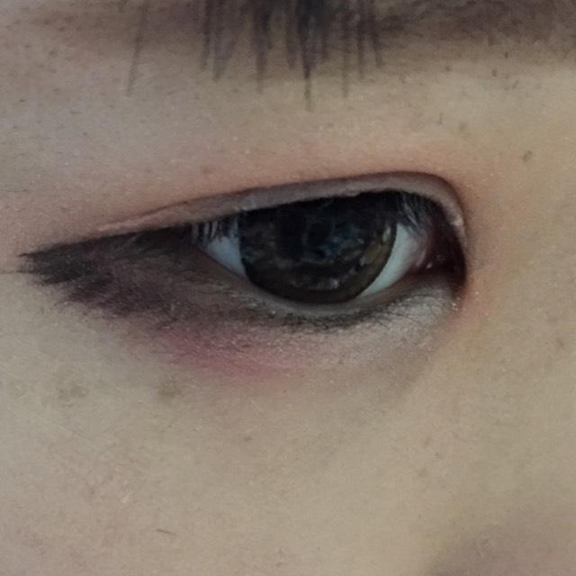 涙袋の目尻に赤、目頭側に白を塗ります。グラデーションぽくしましょう!